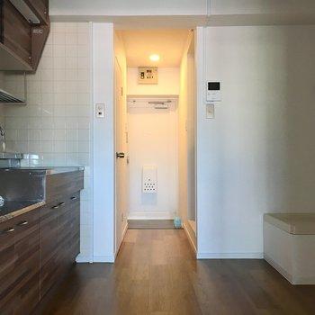 キッチンスペースは後ろにもゆとりがあって広々してます。