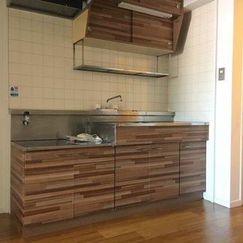 木目のようなデザインのキッチン。