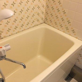 洗面台とお風呂はセットのタイプです。タイルがレトロでかわいい。