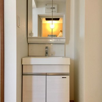 洗面台はこちら。シンプルな普通のタイプです。