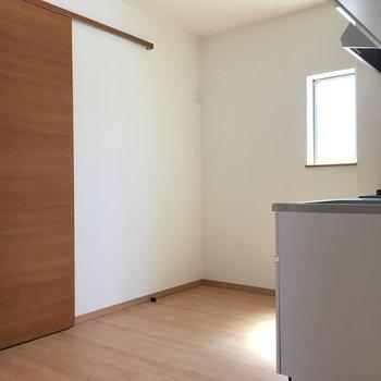 キッチン横は小窓がついています。