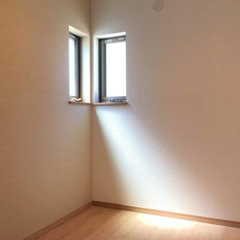 洋室はちょっぴり狭め。角にある小窓がなんだかかわいらしい。