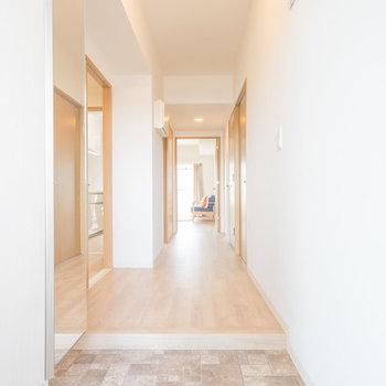 玄関も綺麗ですね。シューズボックスには鏡がついてます。