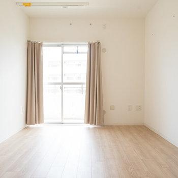 こちら、リビングの横の7畳の洋室。広々。※写真は同タイプのモデルルームです