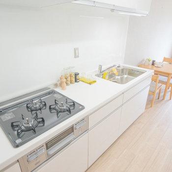 キッチンはこちら。ガス3口!※写真は同タイプのモデルルームです