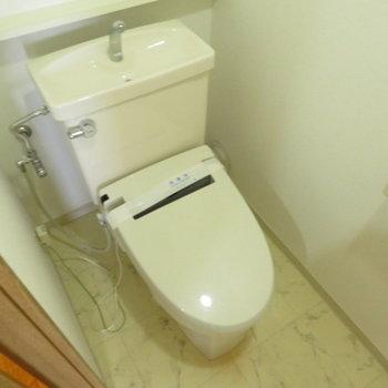 温水洗浄便座付きのお手洗いですね