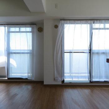 2面の窓が