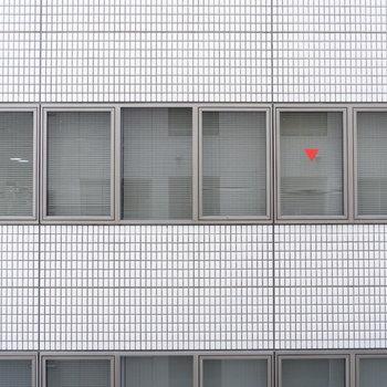 眺望は向かいのオフィスが。※7階の反転間取り別部屋の写真です