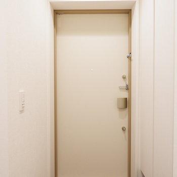玄関はゆったり。※7階の反転間取り別部屋の写真です