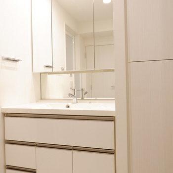 大きい洗面台!※7階の反転間取り別部屋の写真です