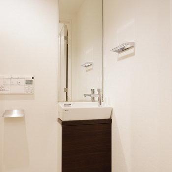 手洗い場もトイレ内に。※7階の反転間取り別部屋の写真です