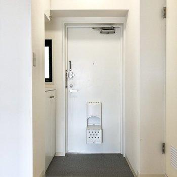 玄関。靴を脱ぐスペースは充分にありますね。