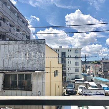 眺めは住宅街。空も見えますよ〜。