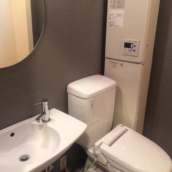 鏡がおしゃれで、トイレもきれいです。※前回募集時の写真です