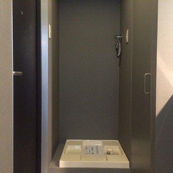 玄関を入ると、すぐ洗濯機置き場です。※前回募集時の写真です