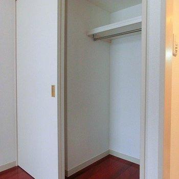 半分は壁になるクローゼット。※写真は同階反転間取りの別部屋です。