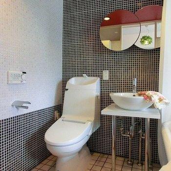 丸鏡が可愛らしい化粧室※写真は同階反転間取りの別部屋です。