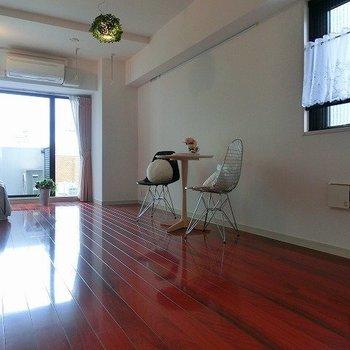 赤が印象に残る開放的空間※写真は同階反転間取りの別部屋です。