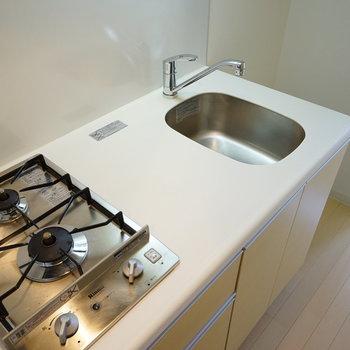 キッチンはコンパクトながら2口。※写真は4階の反転間取りの別部屋です。