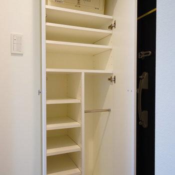 下駄箱もなかなかの容量!※写真は4階の反転間取りの別部屋です。
