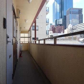 新宿っぽいビル見える共有部。