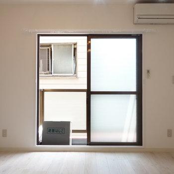 窓は南東に向いて開いてます。