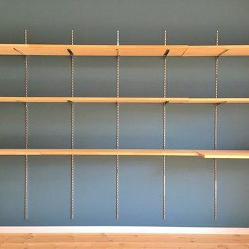 オープン収納の全貌。天板は固定されていないので、自由に取り外しできます。※1階の同じ間取りのお部屋です。