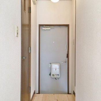 玄関は段差高め。ころんと球体の照明がかわいい。※1階の同じ間取りのお部屋です。
