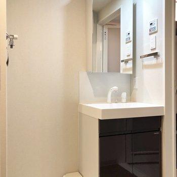 大きめの鏡がついた洗面台♩