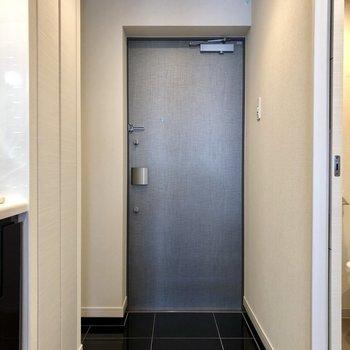 玄関。黒のタイルがかっこいい。