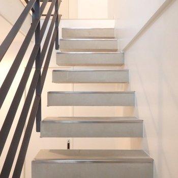 コンクリの階段がイイ…!※1階別部屋反転間取りの写真です。
