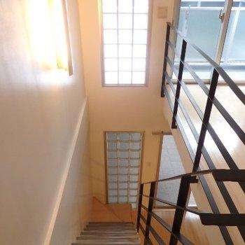 縦長の照明に曇りガラスの窓、どちらもおしゃれ※1階別部屋反転間取りの写真です。