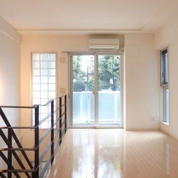 玄関を入ると、明るいリビング※1階別部屋反転間取りの写真です。