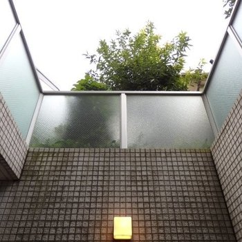 テラスから見上げるとこんな感じ、高いですね※1階別部屋反転間取りの写真です。