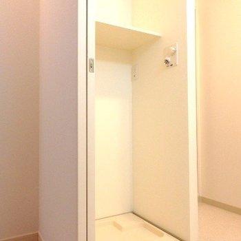 こちらは洗面台の裏にある洗濯機置き場※1階別部屋反転間取りの写真です。