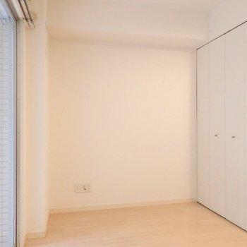 洋室、大きなクローゼットがあります※1階別部屋反転間取りの写真です。