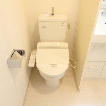 ウォシュレット付きのトイレ※1階別部屋反転間取りの写真です。