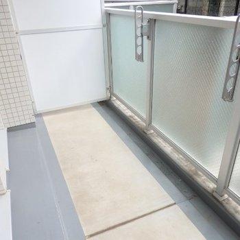 1階バルコニー、広めなので洗濯物も干せそう※1階別部屋反転間取りの写真です。