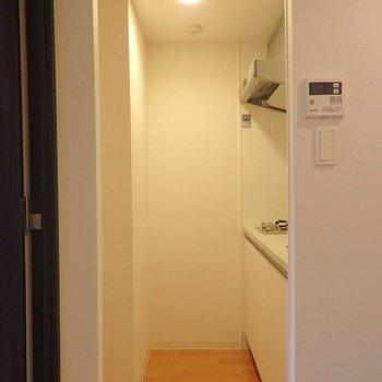 キッチンスペースも手頃な広さ。※写真は10階の同間取り別部屋のものです。