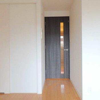 扉を閉めても薄明かりが入ってきそうです。※写真は10階の同間取り別部屋のものです。