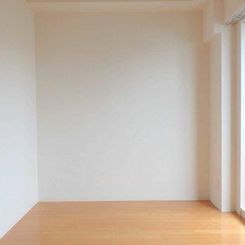 飾り気のない部屋。※写真は10階の同間取り別部屋のものです。