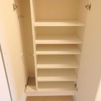 靴箱には靴+傘を収納できちゃいます。※写真は10階の同間取り別部屋のものです。