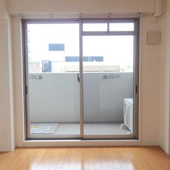 大きな窓から光がたっぷりはいってきます。※写真は10階の同間取り別部屋のものです。
