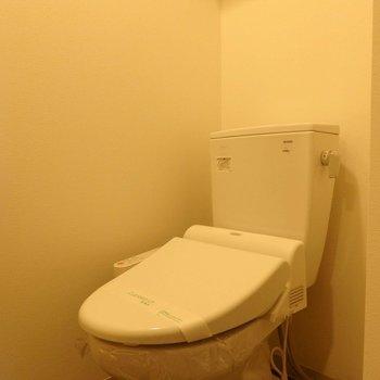 ウォシュレット付きトイレ。※写真は10階の同間取り別部屋のものです。
