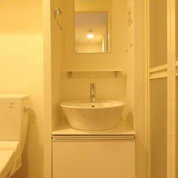 洗面台は機能を最低限なものに。※写真は10階の同間取り別部屋のものです。