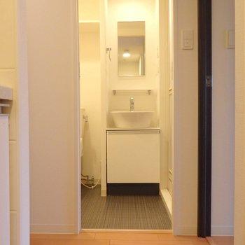洗面所の床面はダークな色合い。※写真は10階の同間取り別部屋のものです。