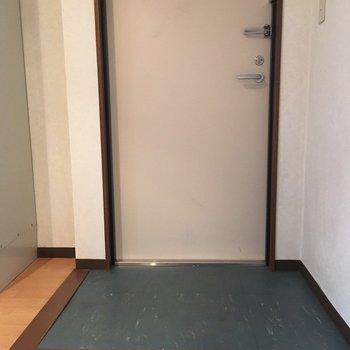 玄関はフラットなタイプ(※写真は7階の同間取り別部屋のものです)