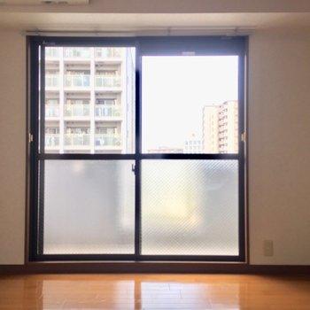 まずは横長のリビングから(※写真は7階の同間取り別部屋のものです)
