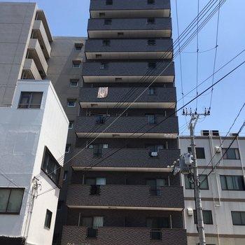 周りはマンションと小さなオフィスビルが立ち並びます
