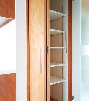 キッチン脇には収納棚もありますよ!